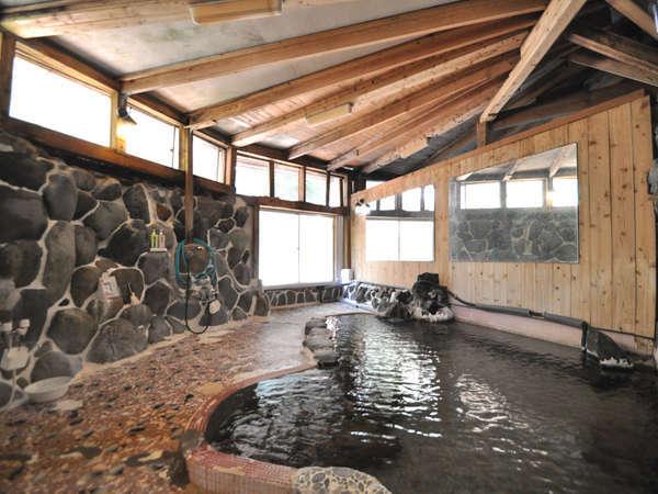 女性大浴場。岩造りの壁面にシャワーがございます。