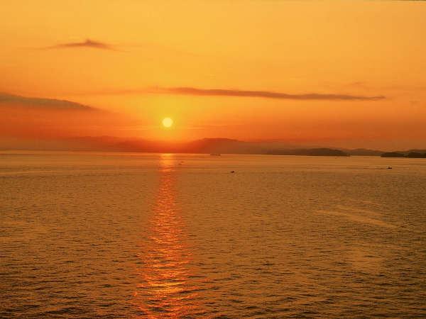■ 【紀淡海峡に昇る朝陽】 海の向かい紀伊山地から昇る朝陽は必見。