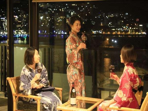 【露天風呂付き客室・花風館】客室は全て海側。夜は綺麗な夜景を望めます