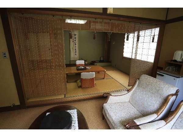 4階 眺望和室 温泉風呂付7.5畳の和室と洋間があります。対岸の山に四季を感じます。