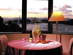 パノラマ洋室「湖側」浜名湖の雄大な景色をお楽しみいただけます。