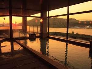 大浴場からは浜名湖の風情を感じさせる風景や夕景をお楽しみいただけます。