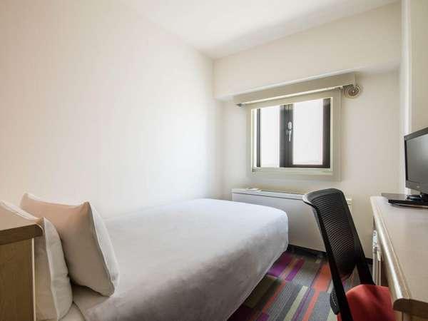 11平米シングルルームのベットはデュベで統一されお客様の心までも包み込みます。