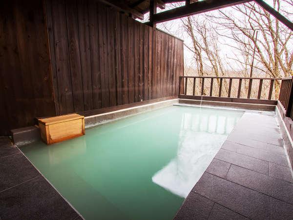 こんこんと湧き出すお湯と澄んだ空気。そこはまるで静かな森にポツンと佇む露天風呂。