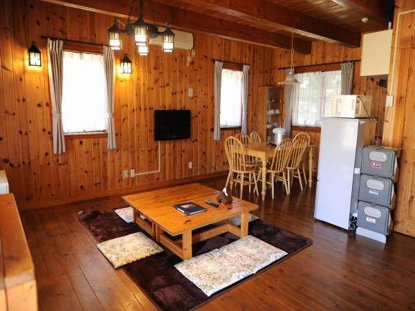 [広々2階建てコテージ]1階にあるキッチン・リビング。このタイプの寝室は2階です。