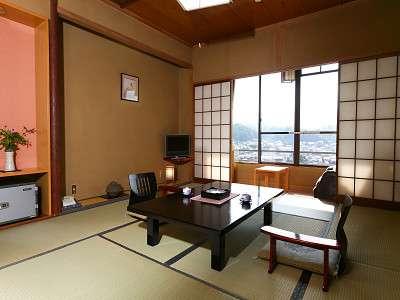 和室は全て川側に位置するので、窓からは三隈川一望の美しい景色が広がる