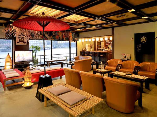 大きなガラス窓から、三隈川の景色が一望できるロビー。