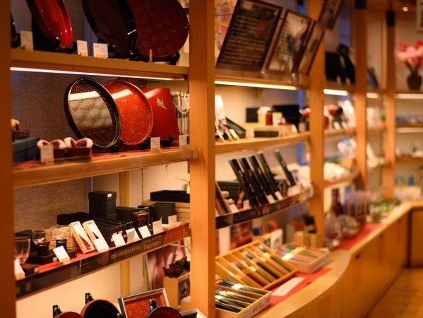 【おみやげ処「ふる里」】青森の伝統工芸品も豊富に取り揃えています。