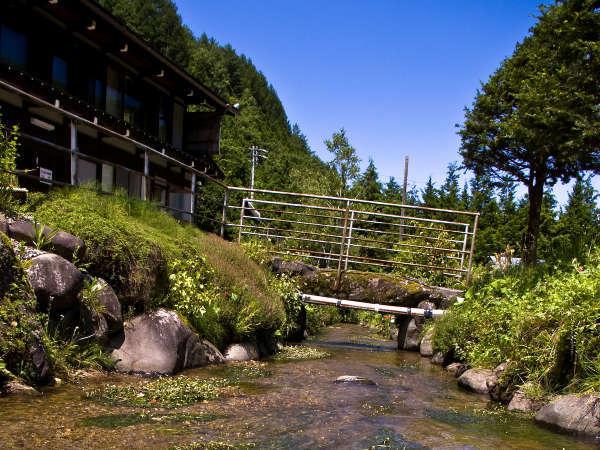 梅花藻流れる小川と温泉民宿
