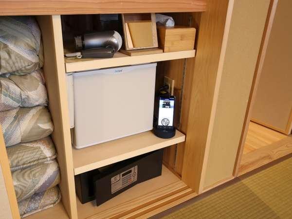 全室に冷蔵庫、ドライヤー、鏡、消臭スプレーをご用意。クローゼットの中にあります