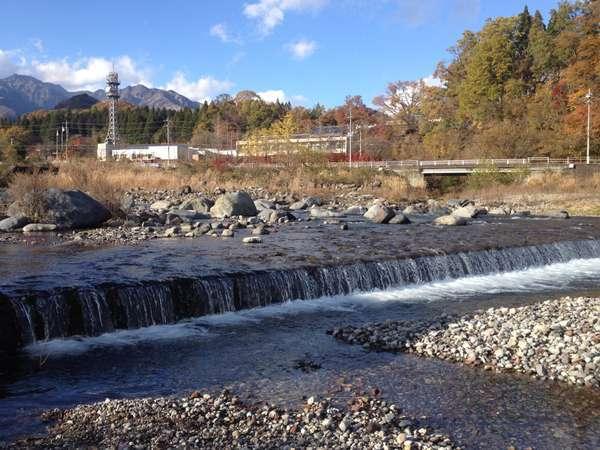 ゲストハウスから歩いて数秒で大谷川に触れることができます。