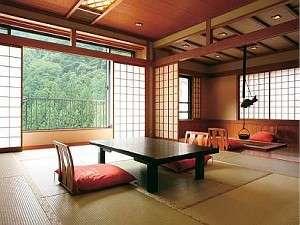 一面ガラスの大きな窓から赤目渓谷の緑を望む☆新館☆こもれびの館~KOMOREBI~一例