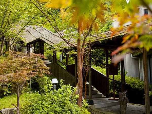 ●露天回廊☆四季の彩と山からの風の香りを感じる。回廊を上がると露天風呂♪