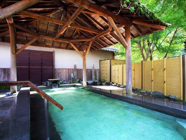 ●男性露天半蔵の湯☆大きな石の框に温泉の温かい熱が伝わる
