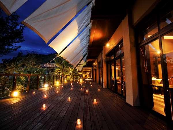 ●夕暮れと渓谷の樹冠の美しさを楽しむTAKI-NOBEとウッドデッキ★優しい光が包む★静かな空間でお食事を