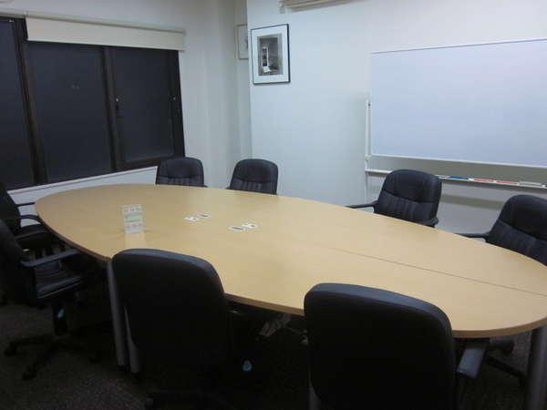 1階には少人数の会議室もあります(有料)