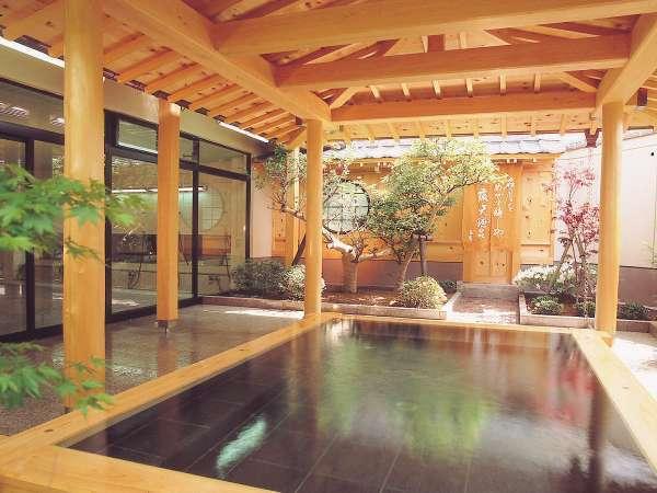 海女に由来した名前の「女来島温泉」。檜の香る、露天風呂