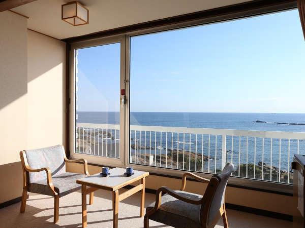 お部屋は海の特等席♪窓の外に広がるのは、太平洋のパノラマ。時間を忘れて海を眺める至福のひととき