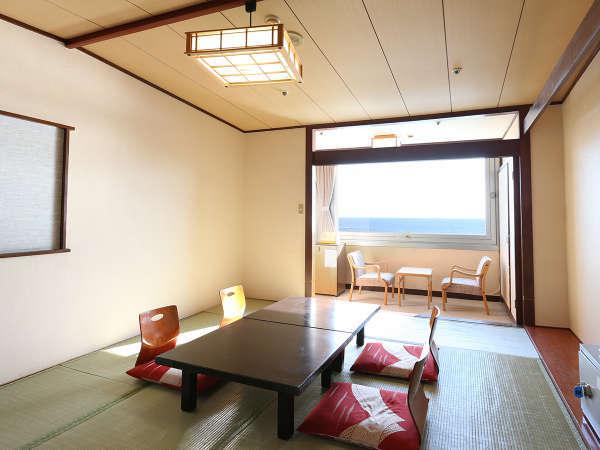和室(10畳)。窓からは、白浜灯台や、伊豆七島を望めます