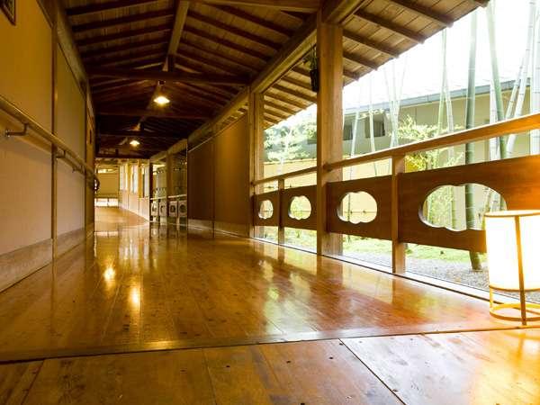 木の温もりが伝わる 長い長い渡り廊下