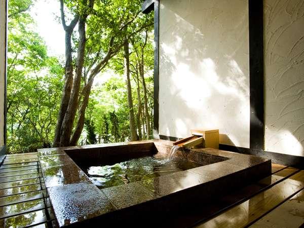 木々の間から海を眺める貸切露天風呂-参の湯-