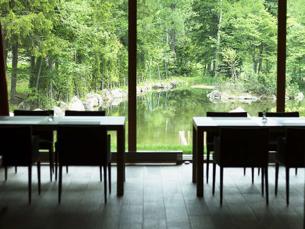 【レストラン】翌朝は目の前に広がる清々しい景色の中ゆっくりとご朝食をどうぞ