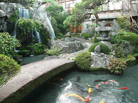 5,000坪の壮観な日本庭園、錦鯉が遊ぶ清流