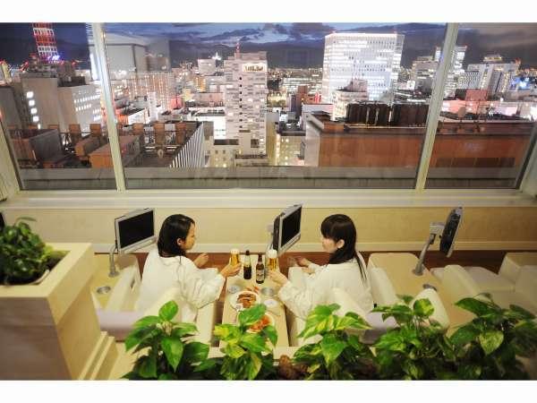 14階スパラウンジ「バーデン」から夜景を望む