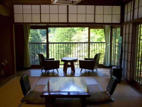 和室(8畳)昔ながらの純和室。川の音を聞きながら、ゆっくりお過ごしいただけます。