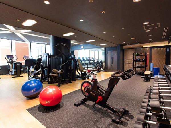 【フィットネスセンター】 ジム、サウナ、屋内温水プールの設備を備えております。