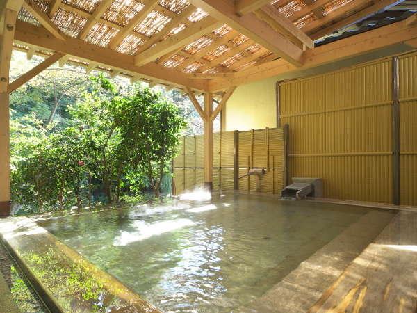 【女性大浴場】木の香が心地よい檜の露天風呂