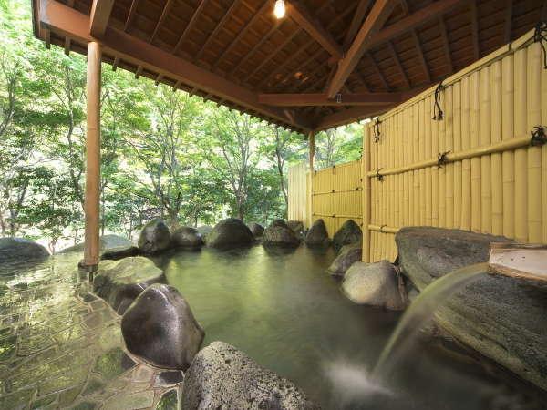 【男性大浴場】豪快な石造りの露天風呂、森林浴と温泉浴を!