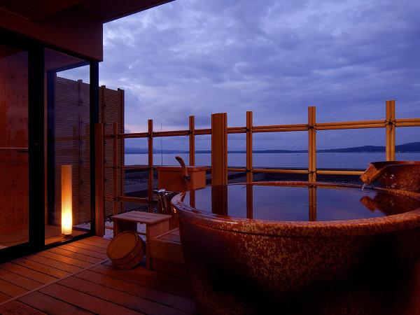 日没前の美しい七尾湾の景色を温泉に浸かりながら・・・汐見亭露天風呂付客室の客室露天一例