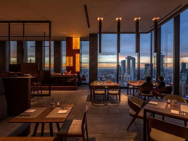 SkyDining天空は地中海料理のレストラン。地上140メートルの眺望とお食事をお楽しみください。