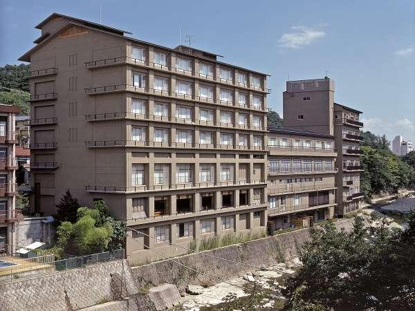 摺上川に佇むホテルとなります。