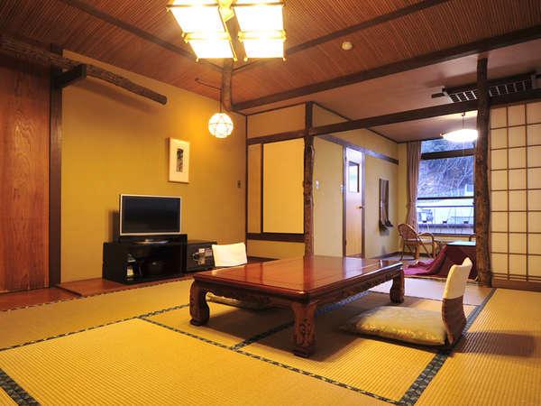 *客室一例/窓の外には自然が広がり、木の温もりを感じるお部屋です。全タイプ二間和室でゆとりある広さ。