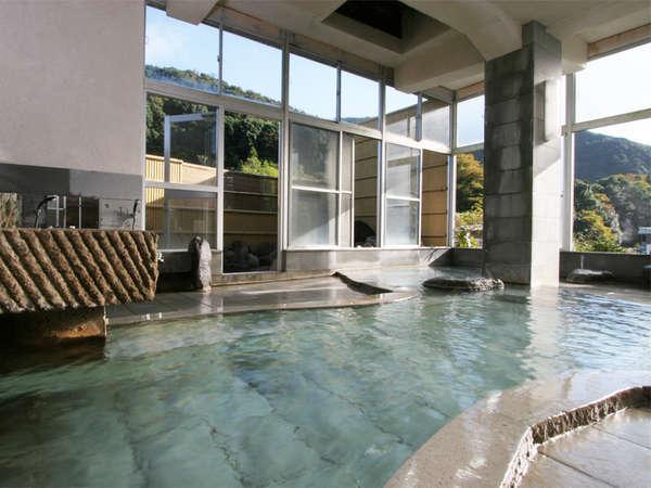 *山の湯/露天風呂と内風呂のある大浴場。天城連山の景観を楽しみながら湯浴みをお楽しみ下さい。