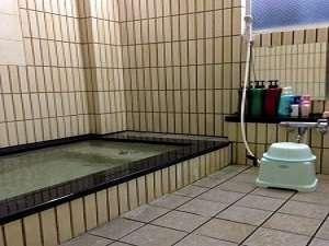 24時間入浴可。小さめ。20;00~23:00の時間帯だけ貸切に切り替わります