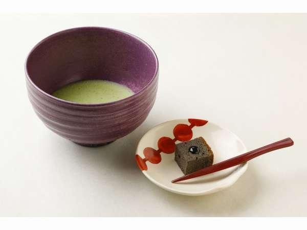 大好評!!ウェルカムドリンクのお抹茶と季節の自家製お菓子