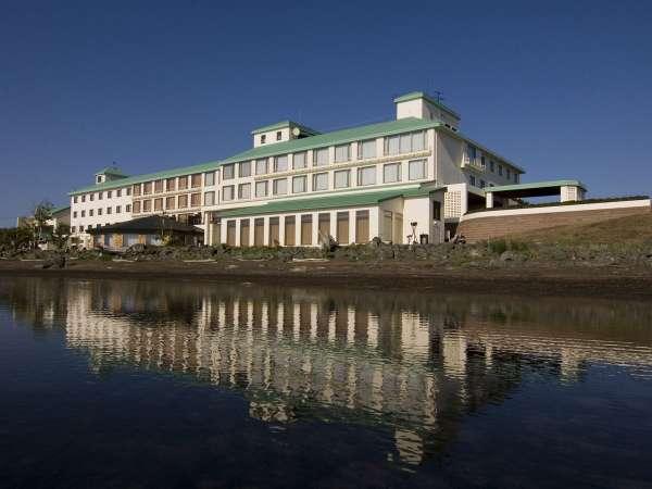 【外観(春~秋)】サロマ湖畔に佇むリゾートホテル!ホテル目の前には、サロマ湖の雄大な自然が広がります