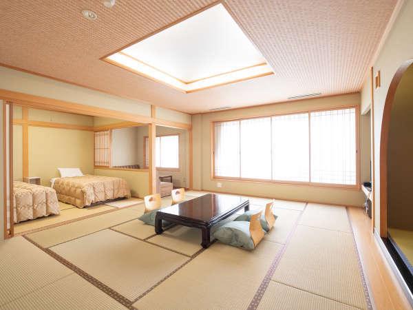 次の間付客室/合計20畳! ソファーも洗面台も二つなので、人数が多くても安心