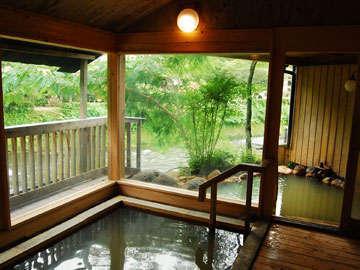 【テイの湯・男湯】「源泉かけ流し宣言」の長湯温泉。当館も源泉そのまま。芹川を眺めながらどうぞ。