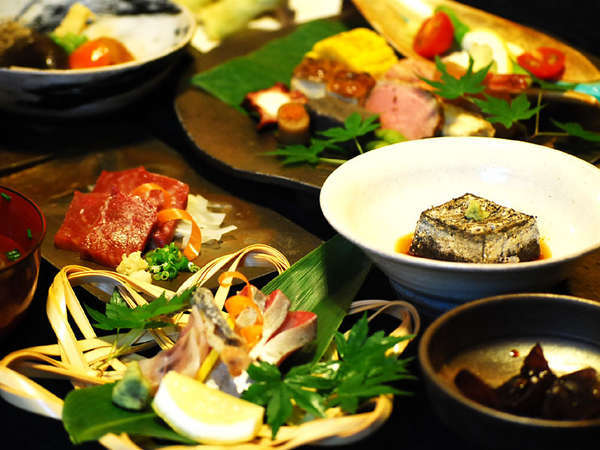 【夕食例】地元素材にこだわった老舗の伝統香るお料理をお楽しみください。