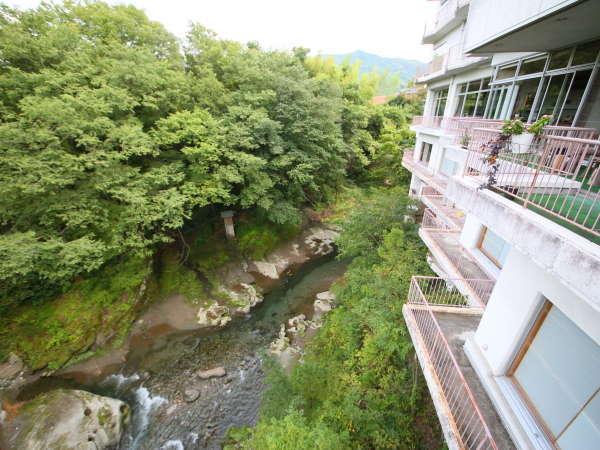 ラウンジのテラスからは、横瀬川が眺められます