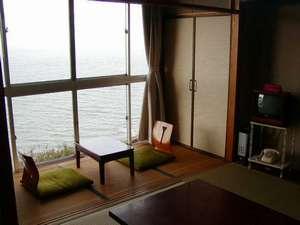 お部屋の窓は全面ガラス張り! 海が目の前に海が目の前に
