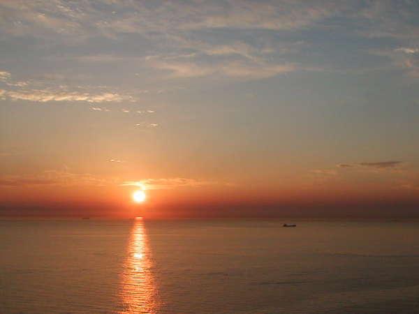 夕陽が水面に輝いています