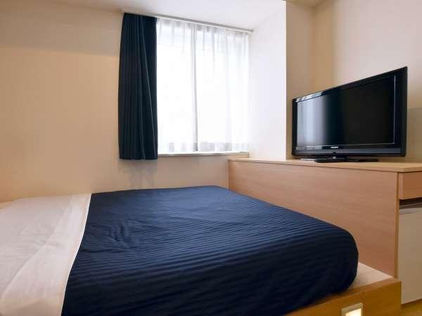 【シングル】ダブルサイズのベッドを備え付けているため、ゆったりとお寛ぎいただけます。