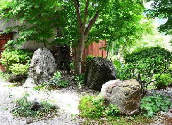 【蔵やしき野の花畑】しんと静かな湖エリア 空気澄み渡る里山での静養を満喫