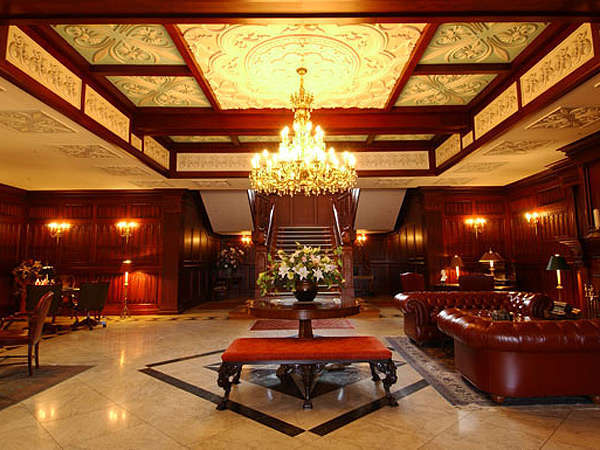 マナーハウス1階エントランスホール:中世英国のマナーハウス(荘園領主の館)を再現しております。