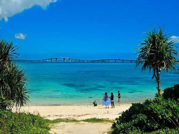 伊良部島側から伊良部大橋、宮古島の美しいミヤコブルーの眺望を望む。